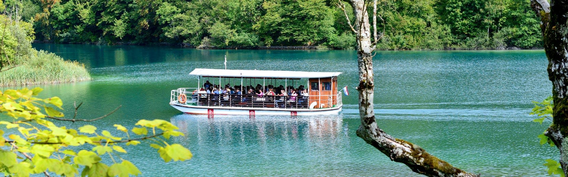 Výletní loď na jezeře Kozjak